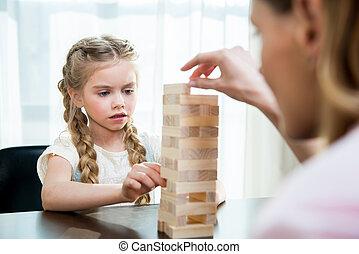 集中される, わずかしか, 娘, jenga, ゲーム, 母, 家, 遊び