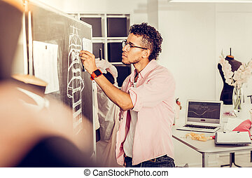 集中される, スケッチ, 彼の, blackboard., デザイナー, 訂正する