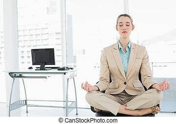 集中, 平靜, 從事工商業的女性, 坐在荷花里确定位置, 上, 她, 轉椅, 由于, 眼睛關閉