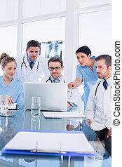 集中, 醫療隊, 使用便攜式計算机, 一起
