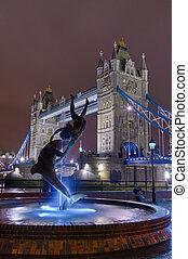 雕像, 面对, the, 塔桥梁, 在以前, 夜晚