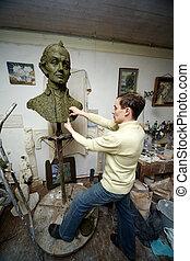 雕刻家, 工作, 在, the, 工作室, 由于, a, 模型, ......的, the, 半身像, ......的, a.v., suvorov, -, 國家, 英雄, ......的, russia.