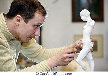 雕刻家, 工作, 由于, 集中, 在, the, 工作室, 上, a, 碎片, ......的, 膏藥, sculpture.