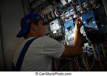 電気技師, 仕事, の間, 損害