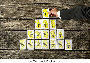 電球, ピラミッド, 形態, ライト, 置くこと, 黄色, 手, カード, 白い男性