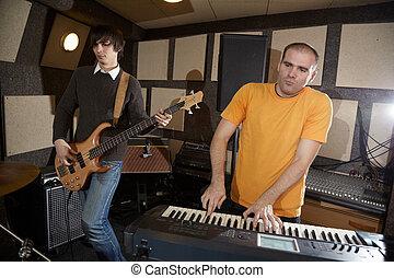電的吉他, 表演者, 以及, keyboarder, 工作, 在, 工作室