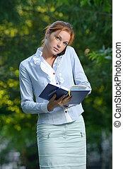 電話の女性, ノート, 話し