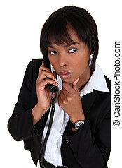 電話の女性, 疑い深い, 話し