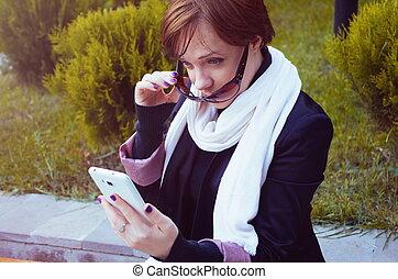 電話を持っている女性