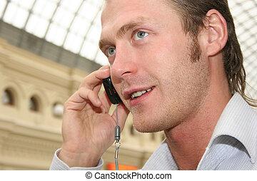 電話を持っている男