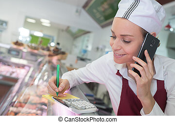 電話, の後ろ, カウンター, 女性, 肉屋