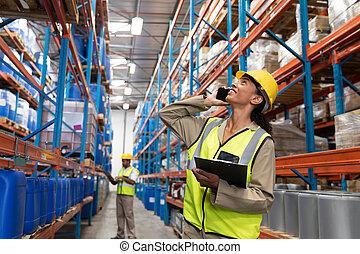電話, モビール, 女性, 間, 話し, 調べること, 労働者, 倉庫