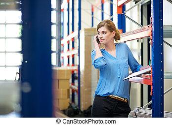 電話, モビール, 話し, 女性の従業員, 倉庫, 偶然