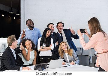 電話, 同僚, グループ, ビジネスオフィス, 人々, 写真, 取得, チーム, businesspeople, 細胞, 混合, レース, 大きい, 協力者, 一緒に, 女性実業家, ミーティング, 痛みなさい