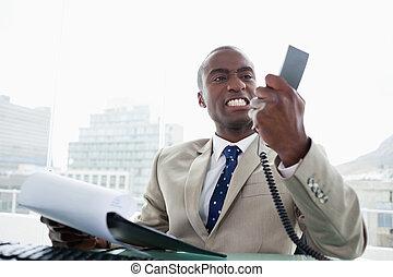 電話, 彼の, 怒る, 見る, 受話器, ビジネスマン
