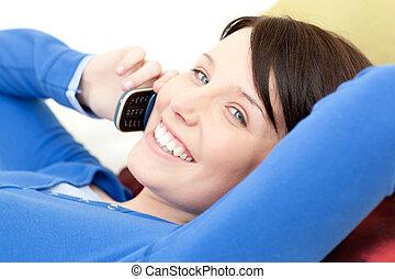 電話, 話し, うれしい, ソファー, あること, 女, 若い