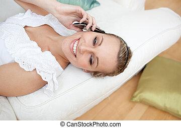 電話, 話し, ソファー, あること, 女, 幸せ