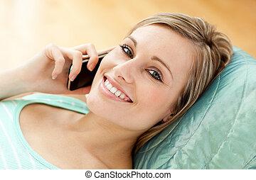 電話, 話し, ソファー, あること, 女, 若い, 幸せ