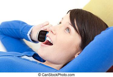 電話, 話し, 驚いている, ソファー, あること, 女, 若い