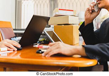 電話, 話し, sme, ビジネスマン, 郵便, テーブル。, 小包