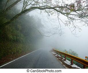 霧が深い, 道