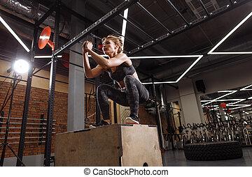 靈活, 肌肉, 運動, 婦女, 執行, 跳躍, 蹲, 在, the, 健身房