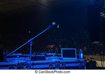 青いライト, マイクロフォン, コンサートホール