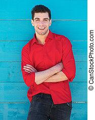 青い壁, 若い, に対して, 屋外で, 微笑の人