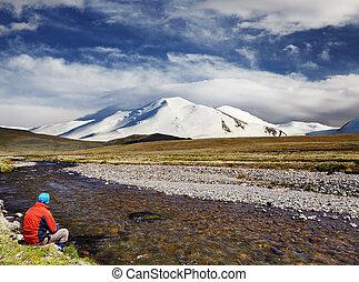 青い山地, 雪が多い, モデル, 空, に対して, 背景, 単独で, 川岸, 人