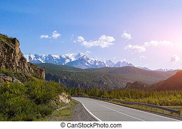 青い山, フェンス, アスファルト, 上, 空, 雲, に対して, 高く, 巻き取り, altai, 日没, 背景, 雪おおわれる, 白, 崖, セキュリティー, 道, 氷河