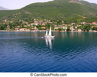 青い水, 上に, 帆走しているボート