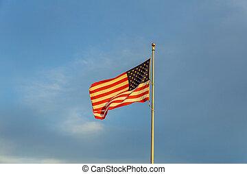 青い空, 雲, に対して, 月, 揺れている旗, flagpole, アメリカ人, 風