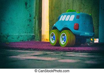 青い車, おもちゃ, ∥で∥, 黄色, 車輪, 上に, a, 紫色, carpet.