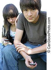 青少年夫妇, texting, 在上, 他们, cellphones