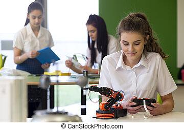 青少年女孩, 工作上, 机器人的手臂