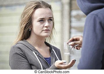 青少年女孩, 购买, 药物, 在街道上, 从, 经销商