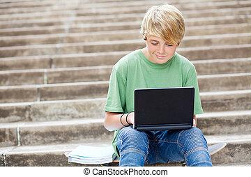 青少年男孩子, 使用便攜式計算机, 在戶外