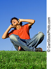 青少年男孩子, 唱, 听音樂, 由于, 頭戴收話器