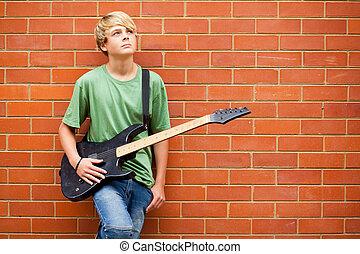 青少年男孩子, 由于, 吉他, 做白日夢