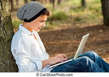 青少年男孩, 笔记本电脑, socialising, outdoors.