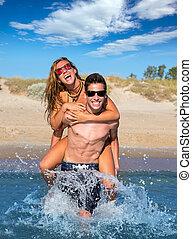 青少年的 夫婦, 享用, 背負式運輸, 上, 夏天, 海灘