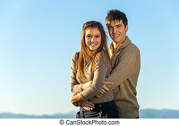 青少年的 夫婦, 擁抱, outdoors.