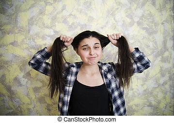 青少年的 女孩, 在, plaid 襯衣, 拉頭發, 2