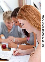 青少年的 女孩, 學習, 在, the, 圖書館, 由于, 她, 朋友