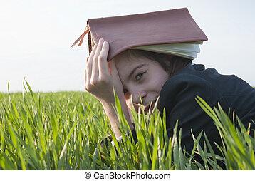 青少年的 女孩, 由于, the, 聖經, 放置, 上, 草