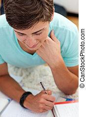 青少年, 人, 學習, 在地板上, 由于, 他的, 朋友