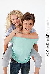青少年, 人, 給, a, 朋友, piggyback騎乘