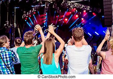 青少年, 在, 夏天, 音樂, 節日, 鼓掌, 以及, 唱