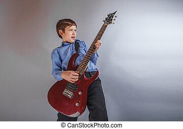青少年, a, 男孩, 黑暗, 布朗, 歐洲, 出現, 演奏吉他, 愉快