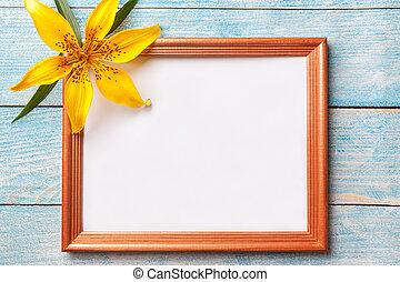青, ブラウン, 古い, ぼろぼろ, 木製である, 写真フレーム, 黄色, バックグラウンド。, 花, ユリ
